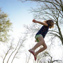 Petits et grands : 5 jeux en nature !